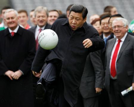サッカーボールを蹴る中国の習近平国家副主席(当時)=2012年2月、ダブリン(ロイター=共同)