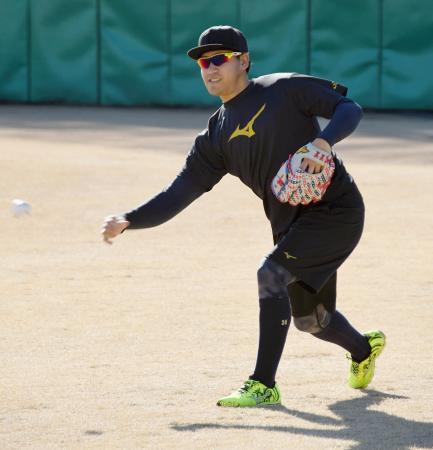 WBC公認球を使ってキャッチボールする日本代表の牧田=西武第二球場