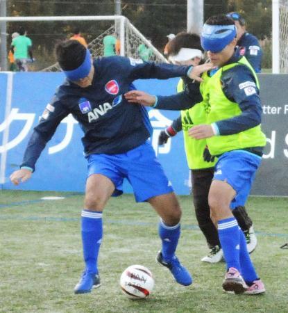 3月のブラジル戦へ向け、練習する5人制「ブラインドサッカー」の日本代表=7日、千葉市