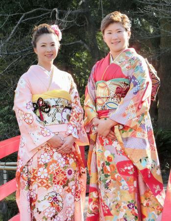振り袖姿を披露する女子ゴルフの菊地絵理香(左)と成田美寿々=11日、東京都内のホテル