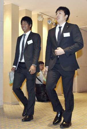 プロ野球の新人選手研修会で、講義に臨むロッテ・佐々木(左)とソフトバンク・田中=11日、東京都内のホテル