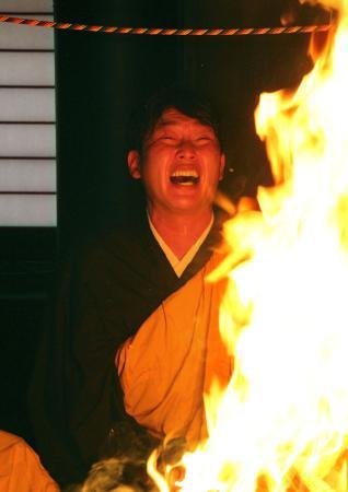 鹿児島市の最福寺で護摩行を行う広島・新井=11日