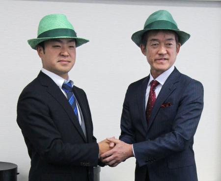 ゴルフのグリーンハット賞の表彰式で贈られた緑色の帽子をかぶり、記念写真に納まる時松隆光(左)と榎隆則=福岡市