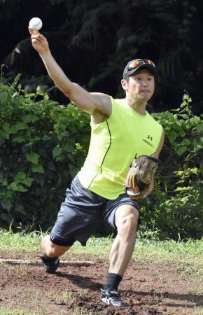 投球練習をするソフトバンク・中田=グアム(共同)