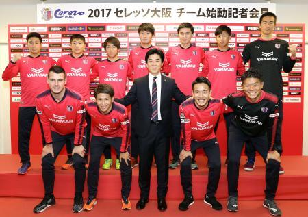 新入団選手と記念写真に納まる、C大阪の尹晶煥新監督(前列中央)=大阪市内