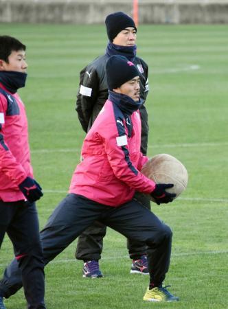 早朝練習で丸橋(手前)ら選手の動きを見守るC大阪の尹晶煥監督=大阪市