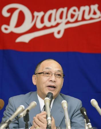 就任の記者会見で、抱負を話す中日の落合博満GM=2013年10月11日、名古屋市中区