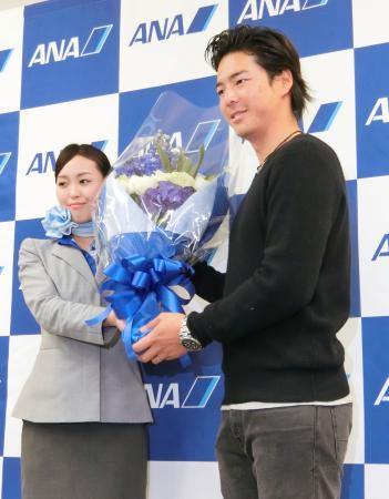 渡米を前に羽田空港で花束を受け取る男子ゴルフの石川遼=13日