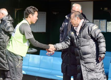 新人合同自主トレの視察に訪れ、大山(左)と握手する阪神の掛布2軍監督=鳴尾浜球場