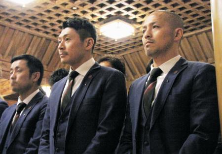 必勝祈願をするJ1札幌の小野(右)ら=14日、札幌市の北海道神宮
