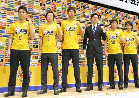 新加入選手の記者会見後、新ユニホーム姿で撮影に応じるJ1仙台の平山(左から3人目)ら=14日、仙台市