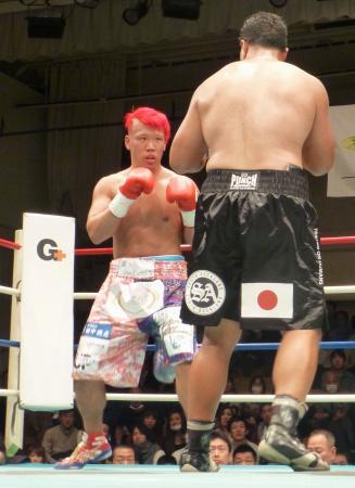 ウィリー・ナッシオ(右)に判定勝ちし、王座を獲得した藤本京太郎=後楽園ホール