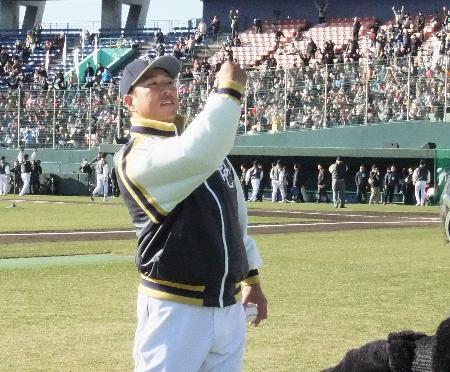 「名球会フェスティバル2017」でスタンドにボールを投げ入れる元広島の黒田博樹氏=15日、KIRISHIMAサンマリンスタジアム宮崎