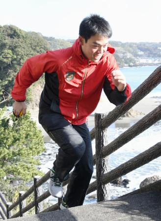 練習を公開し、階段を駆け上がる西武・秋山=静岡県河津町