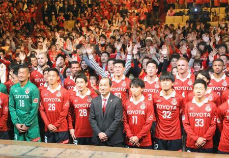 新体制発表会で、サポーターとの写真撮影に応じるJ2名古屋の風間監督(前列中央)と選手ら=15日、名古屋市