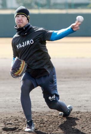 自主トレで投球練習する米大リーグ、ダイヤモンドバックスとマイナー契約の中後=和歌山市