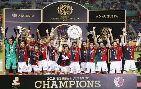 サッカーJ1でリーグ最多となる8度目の年間優勝を果たし、喜ぶ鹿島イレブン=3日、埼玉スタジアム