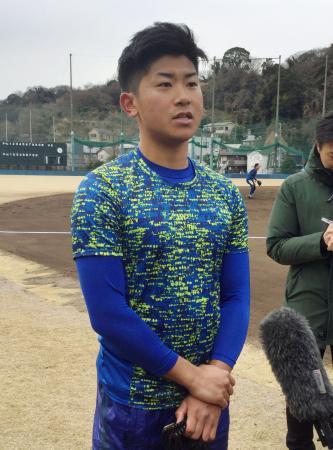 練習を公開し、報道陣の質問に答えるDeNA・今永=19日、神奈川県横須賀市