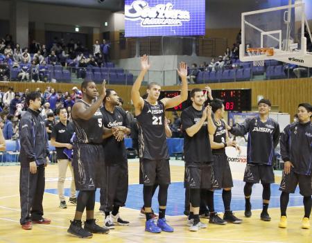 延長で大阪に勝利し、観客の声援に応える三河の選手たち=ウィングアリーナ刈谷
