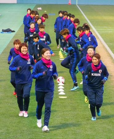 強化合宿でランニングするサッカー女子日本代表候補選手ら=東京都内