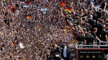 2014年ワールドカップ(W杯)で優勝したドイツ代表メンバーに声援を送るベルリンのファンたち(AP=共同)