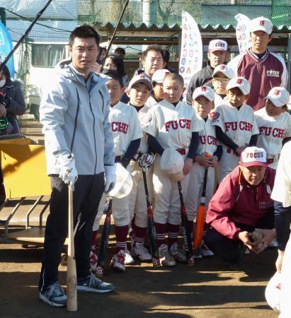 野球教室を開き、小学生らに打撃指導する米大リーグ、アストロズの青木(左端)=21日、東京都府中市