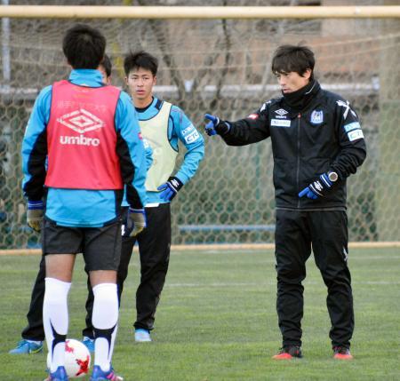 J3のG大阪U―23の選手たちを指導する宮本監督(右)=21日、大阪府吹田市