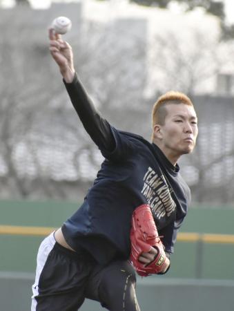 投球練習をするソフトバンクの千賀=福岡県久留米市