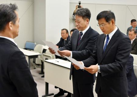 指導者による「体罰根絶宣言」を読み上げる、高知県高野連の山崎正明理事長(手前中央)ら=21日午後、高知市