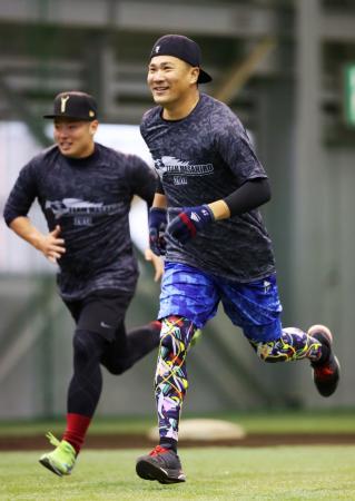 古巣楽天での練習を公開したヤンキースの田中。左は松井裕=Koboパーク宮城