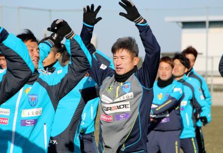 J2横浜FCのチーム練習に合流した三浦(中央)=横浜市内