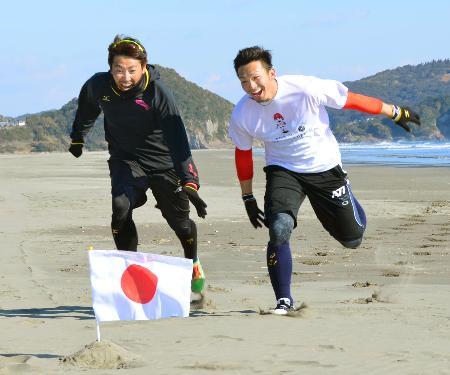 自主トレを公開した、広島・鈴木(右)とソフトバンク・内川=宮崎県日向市