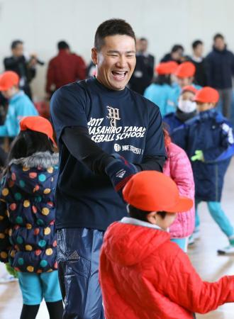 仙台市の岡田小学校を訪れ、笑顔で児童と交流するヤンキース・田中=24日