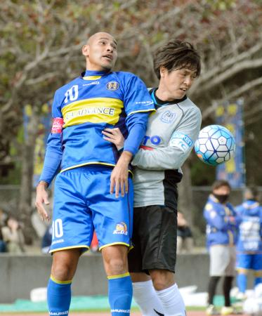 練習試合で競り合う沖縄SVの高原(左)とG大阪の遠藤=沖縄県中城村