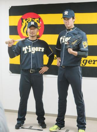 大阪タイガース時代の復刻ユニホームを着てポーズをとる、阪神の狩野(左)と藤浪=25日、兵庫県西宮市の球団事務所