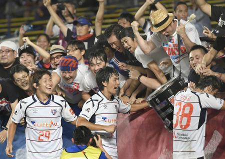 福岡―FC東京 後半、2点目のゴールを決めサポーターと喜ぶFC東京・高橋(中央)=レベスタ