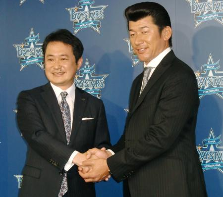 DeNAのスペシャルアドバイザーに就任し、岡村信悟球団社長(左)と握手を交わす三浦大輔氏=27日、横浜市の球団事務所
