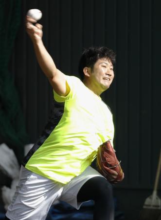 合同自主トレで、投球練習する巨人・菅野=宮崎市