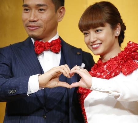 サッカー日本代表の長友佑都選手と女優の平愛梨さん=昨年12月24日、東京都内のホテル
