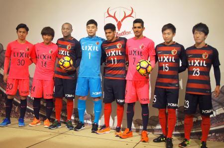 鹿島の新体制発表で写真に納まるペドロジュニオール(右から3人目)ら新加入選手=29日、茨城県神栖市