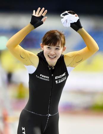 成年女子500メートルで優勝し、声援に応える愛媛・郷亜里砂=エムウエーブ