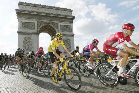 ツール・ド・フランス最終ステージで凱旋門を通過するクリストファー・フルーム(中央)=2016年7月、パリ(ロイター=共同)
