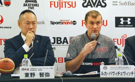 記者会見するバスケットボール男子日本代表 のルカ・パビチェビッチ技術委員会アドバイザー(右)ら=31日、東京都内