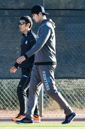 負傷のため投手としてはWBCに出場しないことが判明した日本ハム・大谷(右)=1月31日、ピオリア(共同)