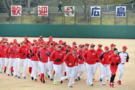 プロ野球がキャンプインし、ランニングする広島の選手ら=1日、宮崎県日南市