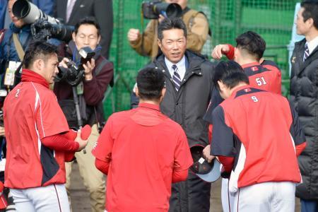 広島キャンプを視察に訪れ、田中(2)、鈴木(51)らと話す日本代表の小久保監督=日南