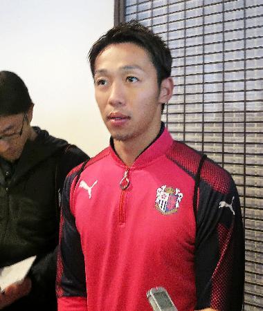 チームに合流し、報道陣の取材に応じるC大阪の清武=4日、宮崎市