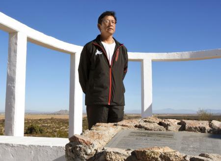 アリゾナ州にあるヒラリバー収容所の跡地を訪れた日本ハム・栗山監督=5日(共同)