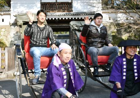 宮崎県日南市の観光地で人力車に乗る広島の床田(左)と加藤