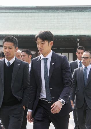 前日にJ1鳥栖への加入が発表され、必勝祈願に訪れたGK権田(中央)=7日、佐賀市